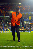 Fotball<br /> Foto: BPI/Digitalsport<br /> NORWAY ONLY<br /> 27.10.2004<br /> Carling Cup 3 runde<br /> <br /> Chelsea v West Ham United<br /> <br /> A steward picks up a bottle from the pitch