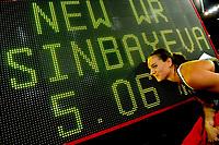 Yelena Isinbayeva (RUS) mit neuem Weltrekord im Stabhochsprung ueber eine Hoehe von 5.06 m © Urs Bucher/EQ Images