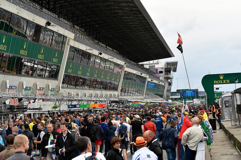 Fans during autograph session, autograph session<br /> Tuesday 12 June 2018<br /> 24 Hours of Le Mans<br /> Verizon IndyCar Series<br /> Circuit de la Sarthe  FR<br /> World Copyright: Scott R LePage<br /> LAT Images