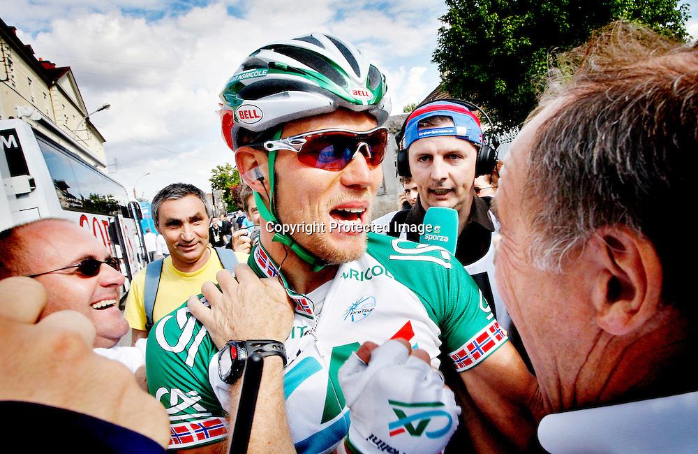 Venizy, 20070711: Thor Hushovd vant 4. etappe i årets Tour de France. Credit Agricole syklisten jubler sammen med sine sportssjefer sekunder etter at seieren var et faktum. Roger Legay til høyre.....Foto: Daniel Sannum Lauten/Dagbladet *** Local Caption *** Hushovd,Thor