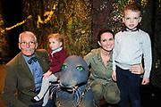 """Première familievoorstelling 'Mr Finney' in Theater Diligentia te Den Haag. De nieuwsgierige Mr Finney is gebaseerd op de bekende boekjes van Laurentien van Oranje en Sieb Posthuma. In de boeken stelt Mr Finney veel vragen over de wereld om zich heen en beleeft hij veel avonturen op zoek naar antwoorden.<br /> <br /> Premiere family show """"Mr. Finney 'Diligentia Theater in The Hague. The curious Mr. Finney is based on the famous books of Laurentien van Oranje and Sieb Posthuma. The book suggests Mr. Finney many questions about the world around him and he experiences many adventures looking for answers.<br /> <br /> Op de foto / On the photo:  Marie-Claire Witlox  met haar vader en kinderen"""
