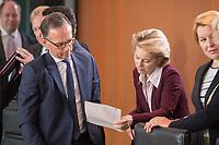 18 JUL 2018, BERLIN/GERMANY:<br /> Heiko Maas (L), SPD, Bundesaussenminister, und Ursula von der LEyen (R), CDU, lesen in einem Papier, vor Beginn der Kabinettsitzung, Bundeskanzleramt<br /> IMAGE: 20180718-01-017<br /> KEYWORDS: Kabinett, Sitzung