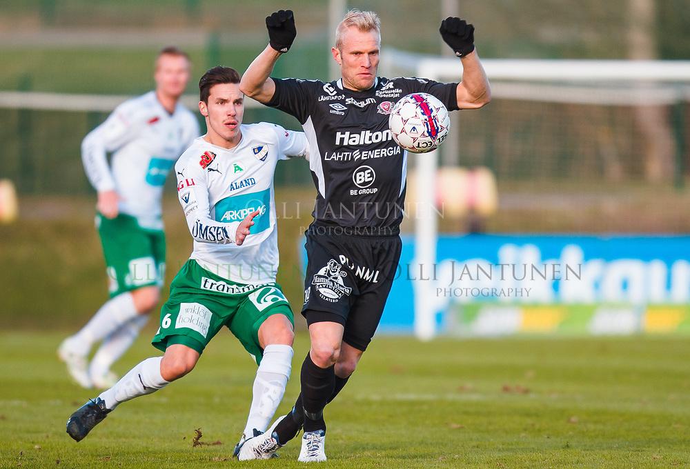 FC Lahden Pekka Lagerblom (oik.) hallitsee palloa IFK M:n Duarte Tammilehdon (vas.) prässätessä Veikkausliigan ottelussa FC Lahti-IFK Mariehamn. Kisapuisto, Lahti, Suomi. 23.4.2015.