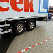 NLD/Huizen/20050708 - Opening nieuwe vrachtwagen vriendelijke rotonde Ambachtsweg - Bestvear Huizen door wethouder Kolk