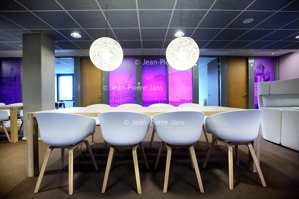 Nederland, Amsterdam , 23 augustus 2013.<br /> n september vindt de officiële opening plaats van onze nieuwe locatie in Amsterdam: De Nieuwe Valerius, academisch psychiatrisch centrum VUmc-GGZ inGeest.<br /> Vanaf begin september verhuizen diverse klinieken en poliklinieken voor volwassenen en ouderen naar een nieuwe locatie: De Nieuwe Valerius aan de Amstelveenseweg in Amsterdam. Deze locatie is gehuisvest in nieuwbouw van VUmc waar ook de spoedeisende hulp van VUmc en Stichting Gastenverblijven (voor familie van patiënten van VUmc) een plek krijgen. In De Nieuwe Valerius worden afdelingen vanuit bestaande locaties samengevoegd om gezamenlijk kwalitatief hoogwaardige zorg te bieden aan de patiënt. We zijn continu bezig met innovatie, verbetering en ontwikkeling van ons zorgaanbod. Nu we in de directe nabijheid van VUmc zitten, krijgt het wetenschappelijk onderzoek op het grensvlak tussen lichamelijke en psychische aandoeningen een stevige stimulans.Gebouw en omgeving zijn zo ontworpen dat de vormgeving en inrichting ervan bijdragen aan het welbevinden van de patiënt en een voorspoedige genezing. <br /> Op de foto: 1 van de poli afdelingen elk met hun eigen kleurpalet.<br /> Foto:Jean-Pierre Jans