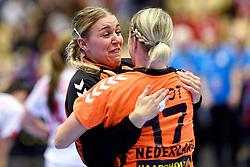 18-12-2015 DEN: World Championships Handball 2015 Poland  - Netherlands, Herning<br /> Halve finale - Nederland staat in de finale door Polen met 30-25 te verslaan / Nycke Groot #17, Kelly Dulfer #18