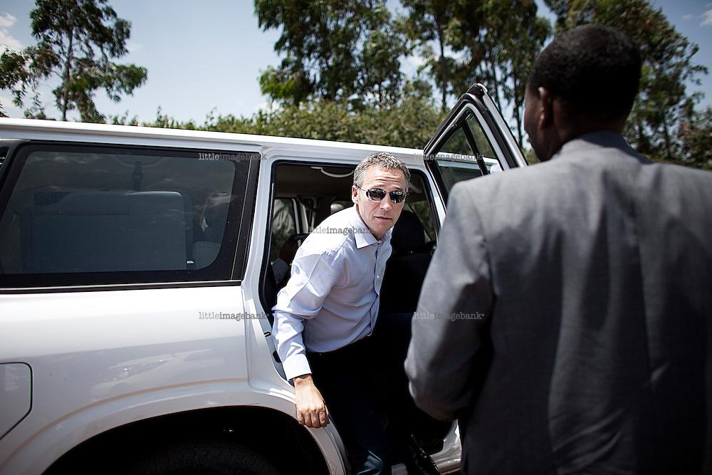 Statsminister Jens Stoltenberg (AP) er i Etiopia og besøker en helseklinikk sammen med den etiopiske helseministeren Dr. Tedros Adhanom Ghebreyesus på landsbygda utenfor Addis Abeba. Addis Abeba. 13.10.2010. Foto: Christopher Olssøn.