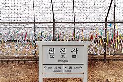 THEMENBILD - Die demilitarisierte Zone (DMZ) ist eine entmilitarisierte Zone. Sie teilt die Koreanische Halbinsel in Nord- und Südkorea und wurde nach dem drei Jahre dauernden Koreakrieg im Jahre 1953 eingerichtet. Die DMZ ist 248 Kilometer lang und ungefähr vier Kilometer breit. In ihrer Mitte verläuft die Militärische Demarkationslinie (MDL), die Grenze zwischen Nord- und Südkorea. Die DMZ wird von der aus Vertretern beider Seiten bestehenden Waffenstillstandskommission MAC (von engl. Military Armistice Commission) verwaltet. Das Betreten der DMZ ohne Genehmigung der Waffenstillstandskommission ist beiden Seiten grundsätzlich untersagt. Hier im Bild Zaun an der DMZ vor Friedensbrücke. Aufgenommen am 28. Februar 2018 // The Korean Demilitarized Zone (DMZ) is a strip of land running across the Korean Peninsula. It is established by the provisions of the Korean Armistice Agreement to serve as a buffer zone between the Democratic People's Republic of Korea (North Korea) and the Republic of Korea (South Korea). The demilitarized zone (DMZ) is a border barrier that divides the Korean Peninsula roughly in half. It was created by agreement between North Korea, China and the United Nations in 1953. The DMZ is 250 kilometres (160 miles) long, and about 4 kilometres (2.5 miles) wide. In the Picture . DMZ on 28th February 2018. EXPA Pictures © 2018, PhotoCredit: EXPA/ Johann Groder