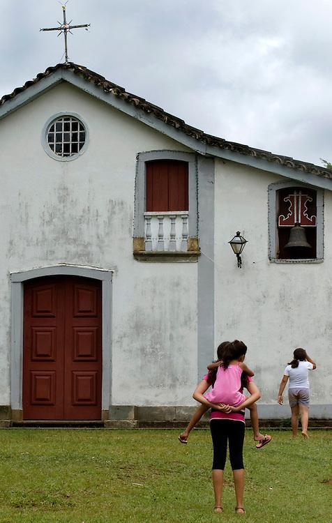 Tiradentes_MG, Brasil...Pessoas em frente a uma igreja em Tiradentes...People in front of a church in Tiradentes...FOTO: BRUNO MAGALHAES /  NITRO