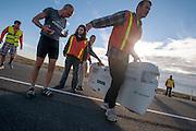 Greame Obree is gefinished bij de ochtendwedstrijd op de vierde dag van de WHPSC. In Battle Mountain (Nevada) wordt ieder jaar de World Human Powered Speed Challenge gehouden. Tijdens deze wedstrijd wordt geprobeerd zo hard mogelijk te fietsen op pure menskracht. Ze halen snelheden tot 133 km/h. De deelnemers bestaan zowel uit teams van universiteiten als uit hobbyisten. Met de gestroomlijnde fietsen willen ze laten zien wat mogelijk is met menskracht. De speciale ligfietsen kunnen gezien worden als de Formule 1 van het fietsen. De kennis die wordt opgedaan wordt ook gebruikt om duurzaam vervoer verder te ontwikkelen.<br /> <br /> Graeme Obree is finished during the morning runs on the fourth day of the WHPSC. In Battle Mountain (Nevada) each year the World Human Powered Speed Challenge is held. During this race they try to ride on pure manpower as hard as possible. Speeds up to 133 km/h are reached. The participants consist of both teams from universities and from hobbyists. With the sleek bikes they want to show what is possible with human power. The special recumbent bicycles can be seen as the Formula 1 of the bicycle. The knowledge gained is also used to develop sustainable transport.