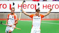 MELBOURNE -    Jeroen Hertzberger heeft gescoord tijdens de hockeywedstrijd tussen de mannen van Nederland en Belgie (5-4) bij de Champions Trophy hockey in Melbourne.  links Billy Bakker. ANP KOEN SUYK