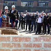 NLD/Huizen/20070925 - Politieburo Huizen starthandeling kopschef Flevoland Bert Wijbenga/kopschef Wim van Femde nieuwbouw forensisch instituut