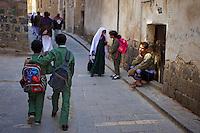 Yemen, Sanna, souk de la vielle ville classée au patrimoine mondiale de l'Unesco. Ecoliers. // Yemen, Sanaa, Old Town, Unesco World Heritage. School boy