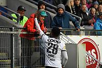 Football UEFA Champions League Q3<br /> Rosenborg - Maribor<br /> Lerkendal Stadium, Trondheim, Norway<br /> 13 August 2019<br /> <br /> En supporter takker Rosenborgs Samuel Adegbenro etter kampen<br /> <br /> Foto : Arve Johnsen, Digitalsport