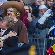 NLD/Amsterdam/20161128 - Belgisch Koningspaar start staatsbezoek aan Nederland, Koning Willem Alexander en koningin Maxima begroeten Koningin Mathilde