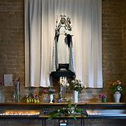 Nederland, Wijchen, 6-11-2012  In het portaal van de Antonius abt kerk is een mariakapel waar mensen kunnen bezinnen en een kaarsje kunnen aansteken . Foto: ANP/ Hollandse Hoogte/ Flip Franssen