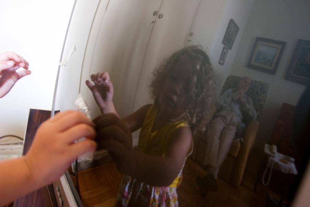 Belo Horizonte_MG, Brasil...Reflexo de uma garota no vidro...A girl reflex on the glass...Foto: LEO DRUMOND / NITRO