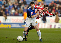Photo: Leigh Quinnell.<br /> Leicester City v Southampton. The FA Cup. 28/01/2006. Southamptons Matt Oakley grabs hold of Leicesters Alan Maybury.