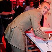 NLD/Amsterdam/20110925 - Benefietavond Red Sun Stichting Stop Kindermisbruik, Wesley Sneijder ondertekend een schilderij