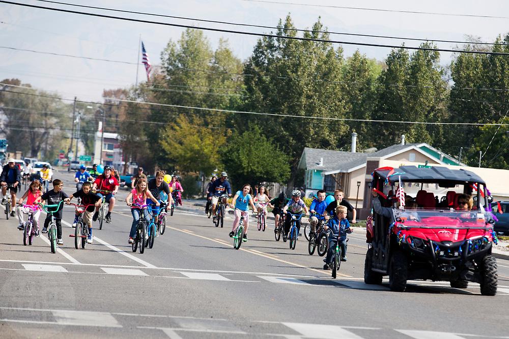 De bike parade op vrijdag voor de jeugd in Battle Mountain. In Battle Mountain (Nevada) wordt ieder jaar de World Human Powered Speed Challenge gehouden. Tijdens deze wedstrijd wordt geprobeerd zo hard mogelijk te fietsen op pure menskracht. De deelnemers bestaan zowel uit teams van universiteiten als uit hobbyisten. Met de gestroomlijnde fietsen willen ze laten zien wat mogelijk is met menskracht.<br /> <br /> In Battle Mountain (Nevada) each year the World Human Powered Speed ??Challenge is held. During this race they try to ride on pure manpower as hard as possible.The participants consist of both teams from universities and from hobbyists. With the sleek bikes they want to show what is possible with human power.