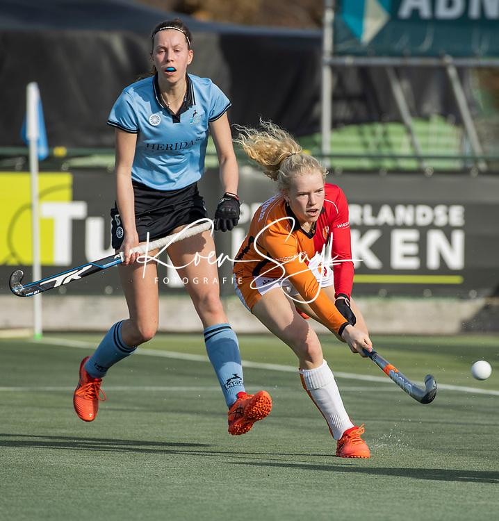 WASSENAAR - Lisa Lejeune (HGC) met  Trijntje Beljaars (OR)  tijdens de hoofdklasse competitiewedstrijd dames, HGC-ORANJE ROOD (0-0).   COPYRIGHT  KOEN SUYK