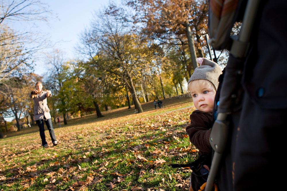 """9 Novembre, 2008. Brooklyn, New York.<br /> <br /> Novella Adams, 18 mesi, gioca con la madre Novella a Prospect Park, a Park Slope, Brooklyn, NY. Park Slope, spesso definito dai newyorkesi come """"The Slope"""", è un quartiere nella zona ovest di Brooklyn, New York, e confinante con Prospect Park.  Park Slope è un quartiere benestante che ha il maggior numero di nascite, la qualità della vita più alta e principalmente abitato da una classe media di razza bianca. Per questi motivi molte giovani coppie e famiglie decidono di trasferirsi dalle altre municipalità di New York a Park Slope. Dal punto di vista architettonico, il quartiere è caratterizzato dai brownstones, un tipo di costruzione molto frequente a New York, e da Prospect Park.<br /> <br /> ©2008 Gianni Cipriano for The New York Times<br /> cell. +1 646 465 2168 (USA)<br /> cell. +1 328 567 7923 (Italy)<br /> gianni@giannicipriano.com<br /> www.giannicipriano.com"""