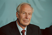 11 JUN 2001, BERLIN/GERMANY:<br /> Dietmar Kuhnt, Vorstandsvorsitzender RWE AG, waehrend der Unterzeichnung einer Vereinbarung zwischen der Bundesregierung und den Kernkraftwerksbetreibern zur geordneten Beendigung der Kernenergie, Bundeskanzleramt, Willy-Brand-Strasse<br /> IMAGE: 20010611-03/02-12<br /> KEYWORDS: Energiekonsens, Atomkonsens, Kernkraft, Kernenergie, Konsens, Energieversorgungsunternehmen