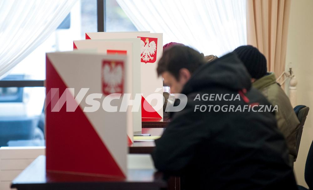16.11.2014 Michalowo woj podlaskie Glosowanie w Obwodowej Komisji Wyborczej nr 3 fot Michal Kosc / AGENCJA WSCHOD