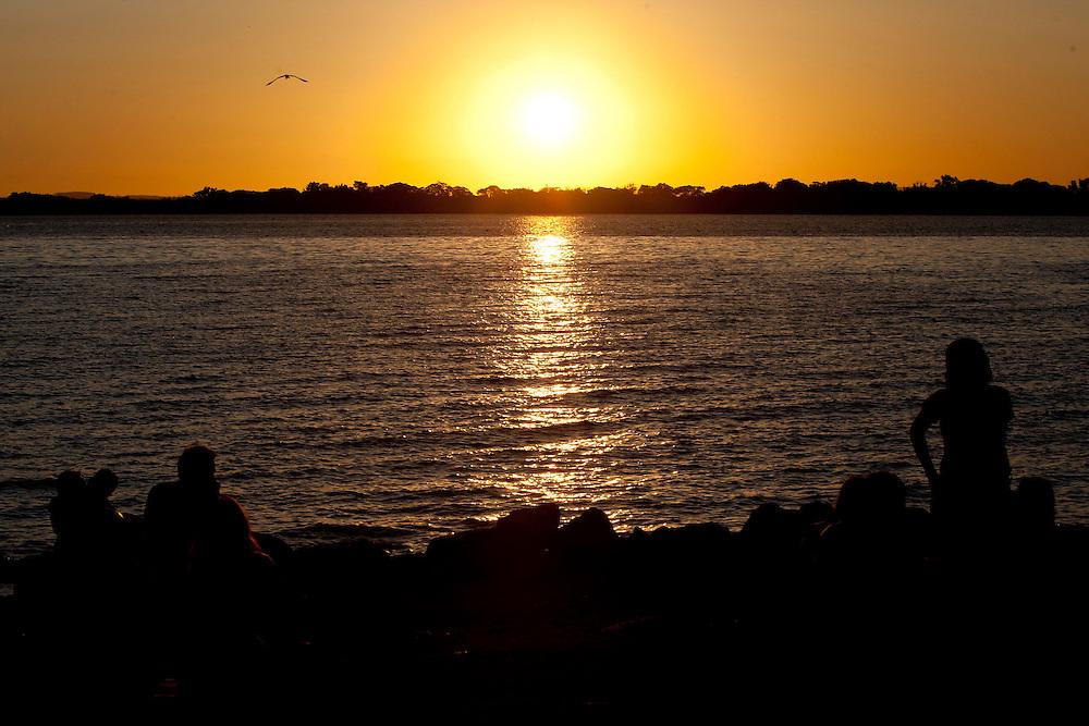 Porto Alegre_RS, Brasil...Por do sol rio Guaiba em Porto Alegre, Rio Grande do Sul...The sunset in the Guaiba river in Porto Alegre, Rio Grande do Sul...Foto: MARCUS DESIMONI / NITRO