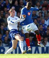 Fotball<br /> Premier League 2004/05<br /> Portsmouth v Everton<br /> 26. september 2004<br /> Foto: Digitalsport<br /> NORWAY ONLY<br /> Portsmouth' Yakubu and Everton's David Weir