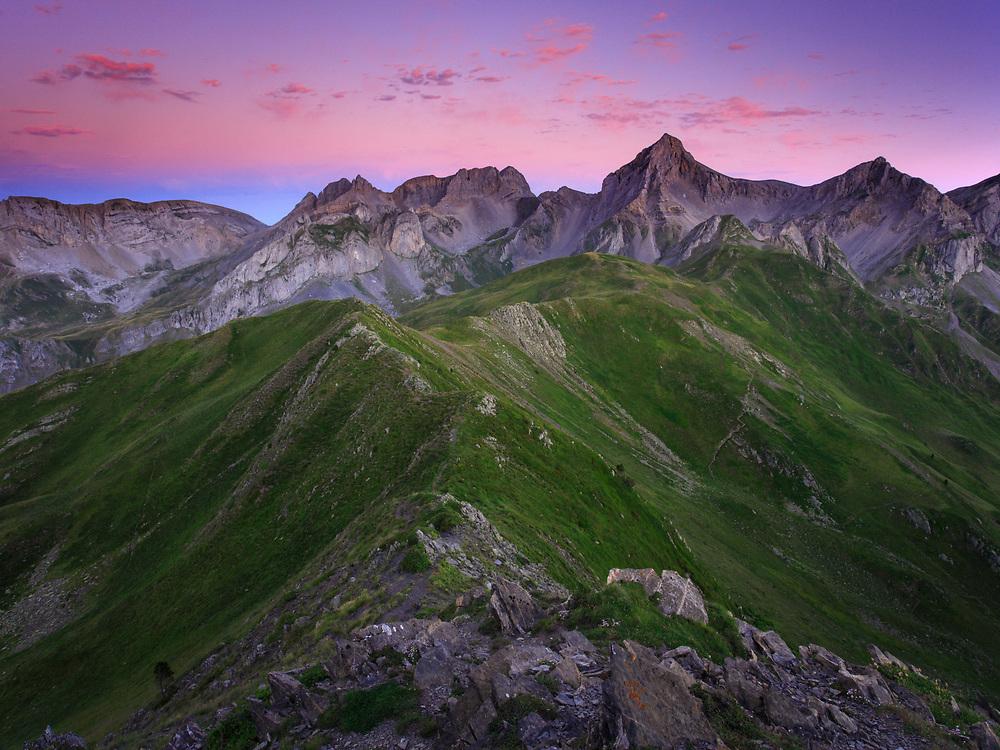 Cresta fronteriza entre el Valle de Hecho (España) y el Circo de Lescun (Francia), al fondo el pico de Mallo Acherito