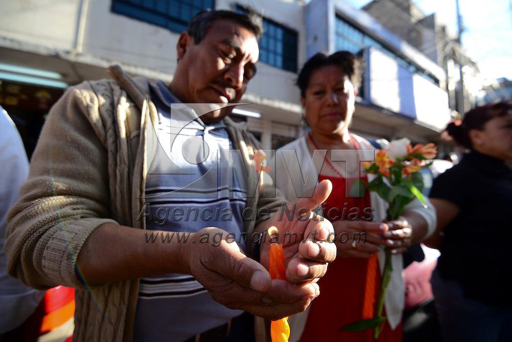 Toluca, México (Abril 25, 2016).- Vecinos y comerciantes de la calle 1 de Mayo, entre Benito Juárez y Rayón se reunieron para formar un cordón naranja para exigir un alto a la violencia y asesinatos de mujeres. Agencia MVT / Crisanta Espinosa.