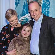 NLD/Den Haag/20190305 - Inloop premiere Art, Peter Romer en partner Annet Hock en kleindochter Rosa