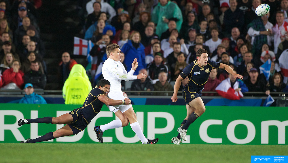 Toby Flood, England, throws the pass that resulted in the match winning try from Chris Ashton during the England V Scotland Pool B match during the IRB Rugby World Cup tournament. Eden Park, Auckland, New Zealand, 1st October 2011. Photo Tim Clayton...