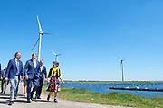 Koning Willem-Alexander opent Windpark Krammer. Windpark Krammer bestaat uit 34 windturbines op en rond de Krammersluizen. Samen leveren de turbines circa 102 megawatt aan groene stroom. Hiermee kunnen ruim 100.000 huishoudens van energie worden voorzien. <br /> <br /> King Willem-Alexander opens the Krammer Wind Farm. Krammer wind farm consists of 34 wind turbines on and around the Krammer locks. Together, the turbines provide approximately 102 megawatts of green energy. With this, more than 100,000 households can be supplied with energy.