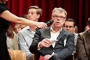 AMSTERDAM Wat is de werkelijke prijs van bananen? En wie zijn verantwoordelijk voor de misstanden in de sector? Voor het eerst in Nederland gaan retailers, NGO's en politici met elkaar in debat over het systeem, de keten, een leefbaar loon en de prijs van bananen.Op dinsdagavond 30 mei presenteerde Stichting Max Havelaar het Grote Bananendebat in de Rode Hoed te Amsterdam.<br /> <br /> Foto Wim Hollemans