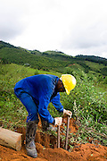 Santos Dumont_MG, Brasil...Operario trabalhando na eletrificacao rural proximo a Santos Drumont...The worker working in rural electrification near to Santos Drumont. ..Foto: LEO DRUMOND / NITRO