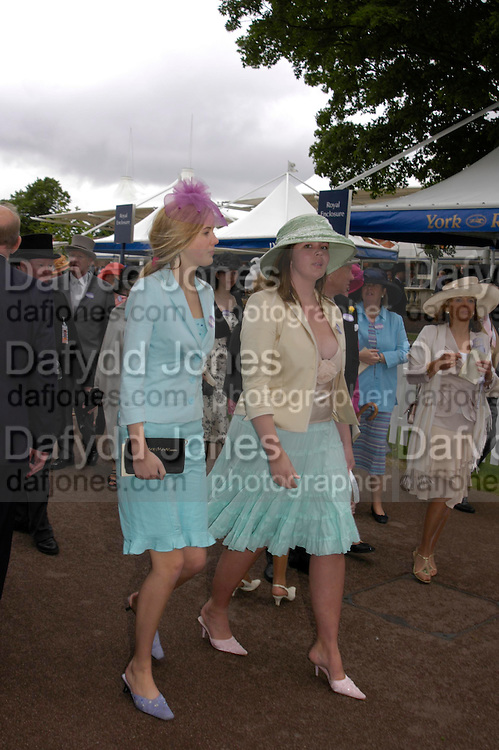Jessica  and Sandra Tate. Royal Ascot Race meeting Ascot at York. Tuesday 14 June 2005. ONE TIME USE ONLY - DO NOT ARCHIVE  © Copyright Photograph by Dafydd Jones 66 Stockwell Park Rd. London SW9 0DA Tel 020 7733 0108 www.dafjones.com