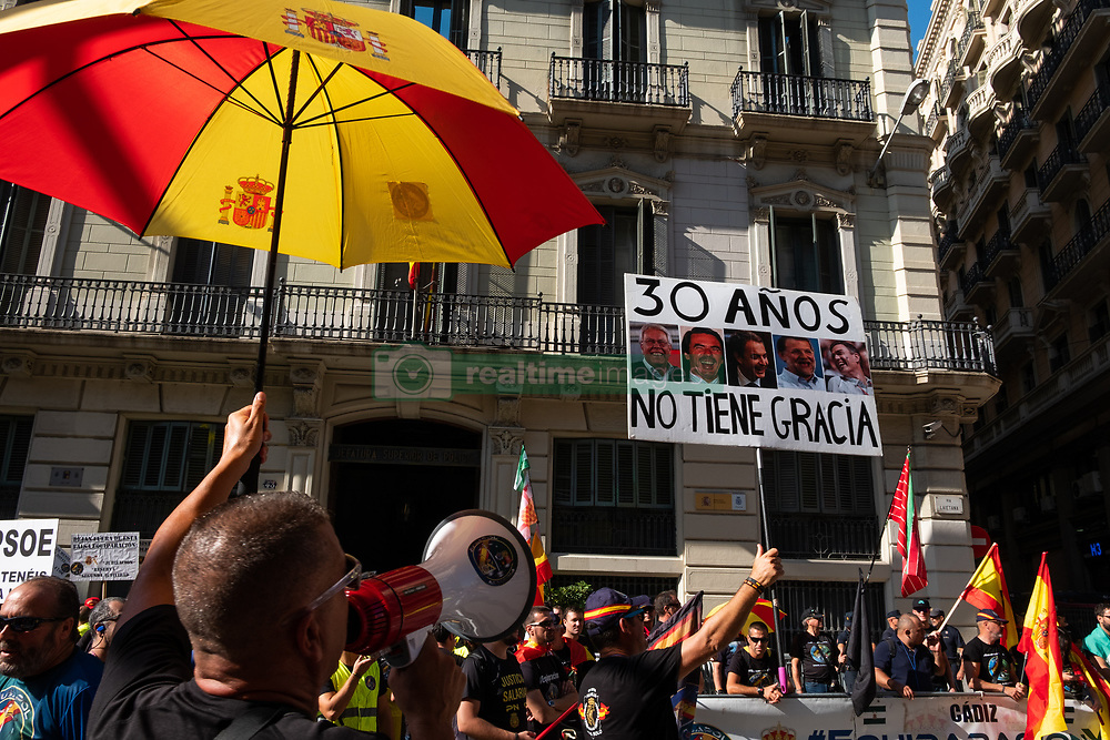 September 29, 2018 - Barcelona, Catalonia, Spain - Jusapol sympathizers, a police union, are seen with a poster saying, 30 years old and has no grace and the photos of the ex-presidents of the Spanish government, referring to the freezing of the police salary during the protest..Thousands of Catalan independents sympathizers protest during the celebration of a manifestation of the Spanish National Police Union to decorate the policemen who took part in the October 1 repression. (Credit Image: © Paco Freire/SOPA Images via ZUMA Wire)
