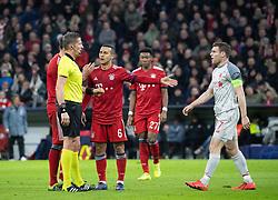 13.03.2019, Allianz Arena, Muenchen, GER, UEFA CL, FC Bayern Muenchen vs FC Liverpool, Achtelfinale, Rückspiel, im Bild v.l. Schiedsrichter Daniele Orsato (ITA), Thiago Alcantara (FC Bayern), David Alaba (FC Bayern), James Milner (FC Liverpool) // during the UEFA Champions League round of 16, 2nd leg match between FC Bayern Muenchen and FC Liverpool at the Allianz Arena in Muenchen, Germany on 2019/03/13. EXPA Pictures © 2019, PhotoCredit: EXPA/ Johann Groder