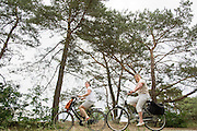In Soest rijden een twee vrouwen langs de Soesterduinen, een rijdt op een elektrische fiets, de ander op een gewone stadsfiets.<br />