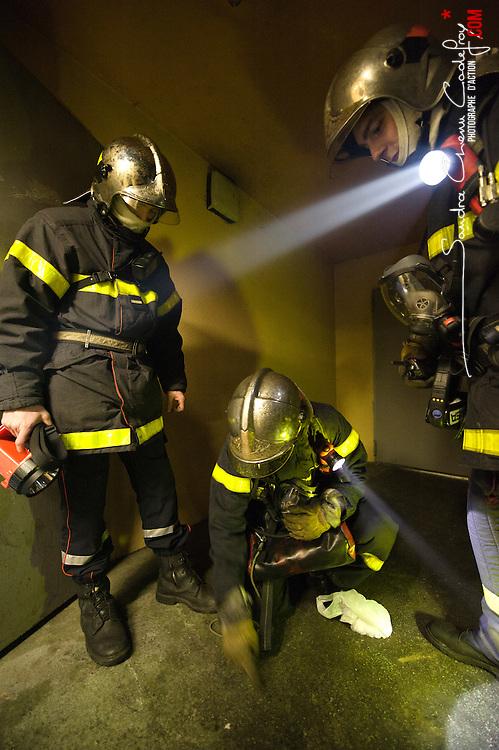 Sapeurs-pompiers du CIS Sud-Agglo intervenant sur un feu de parking.