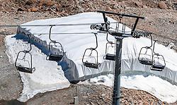THEMENBILD - ein Sessellift in der kargen Landschaft mit von Planen geschützten Schneefeld. Das Kitzsteinhorn ist Teil der in den Hohen Tauern gelegenen Glocknergruppe und erreicht eine Höhe von 3203 m, aufgenommen am 08. August 2016, Kaprun, Österreich // a chairlift in the barren landscape with a snowfield protected by tarpaulins. The Kitzsteinhorn is a mountain in the High Tauern range of the Alps. It is part of the Glockner Group and reaches a height of 3,203 m. The Kitzsteinhorn glaciers are a popular ski area, Kaprun, Austria on 2016/09/06. EXPA Pictures © 2016, PhotoCredit: EXPA/ JFK