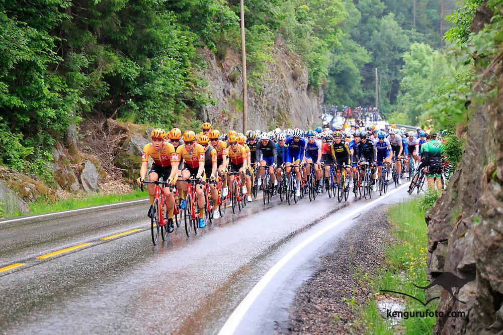 Fra herrenes elite start under NM på sykkel 2021 i Kristiansand. Her passerer hovedfeltet høyeste bakken mot Vennesla.