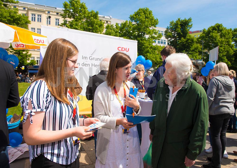 DEU, Deutschland, Germany, Berlin, 23.05.2019: Eine junge CDU-Wahlkampfhelferin im Gespräch mit einer Passantin bei einer Verteilaktion an einem Wahlkampfstand der CDU auf dem Wittenbergplatz anlässlich der bevorstehenden Europawahl.