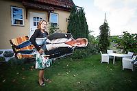 Margareta Randelid med maken Björn i pappversion utanför huset i Kivik.