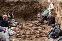 01.10.2016 Bialystok woj podlaskie Ekshumacja szczatkow ofiar nazistowskich egzekucji z terenu bialostockiego aresztu sledczego , ktore pochowane sa na Cmentarzu Wojskowym przy ul. 11 Listopada . Chodzi o szczatki 36 osob . W 1944 roku byly juz raz ekshumowane na terenie aresztu i pochowane na cmentarzu wojskowym . Jednak blednie zostaly wowczas zidentyfikowane jako ofiary egzekucji z listopada 1942 roku i pod nazwiskami tych osob spoczywaja na tym cmentarzu . Sledztwo IPN ma na celu prawidlowa identyfikacje tych osob fot Michal Kosc / AGENCJA WSCHOD
