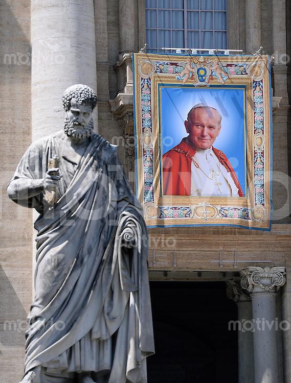 Rom, Vatikan 25.04.2014 Heiligsprechung Papst Johannes Paul II und Papst Johannes XXIII Ein Bild von Papst Johannes Paul II am Petersdom mit der Heiligenfigur von Petrus