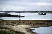 Nederland, Nijmegen, 20-12-2020 Een vrachtschip vaart over de waal ter hoogte van de ooijpolder . Foto: ANP/ Hollandse Hoogte/ Flip Franssen