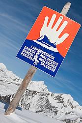 27.02.2010, Grossglocknerresort, Kals, AUT, Lawinengefahr, Feature, im Bild Hinweisschild Lawinengefahr, troz dieser Warnschilder kommt es immer wieder vor das Ski- und Snowboarder abseits der gesicherten Pisten fahren und dabei sich selbst oder andere Wintersportler in Gefahr bringen, EXPA Pictures © 2010, PhotoCredit: EXPA/ J. Groder